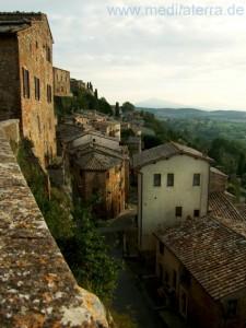Blick von der Stadtmauer in Montepulciano auf die Häuser des Ortes - Toskana