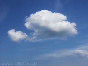 Himmel blau mit weißer Wolke