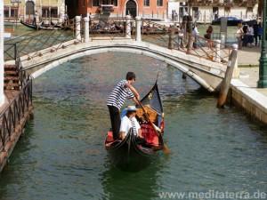 Brücke in Venedig mit Gondel und Gondolieren