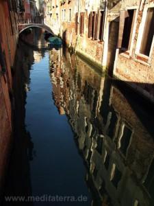 Brücke in Venedig mit spiegelndem Kanal