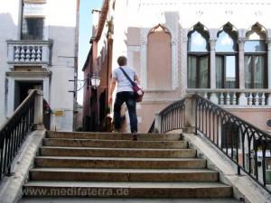 Brücke in Venedig mit Treppenstufen