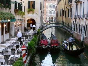 Brücke in Venedig mit Gondeln und Restaurant