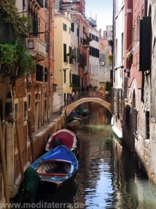Brücke in Venedig mit Booten und Kanal