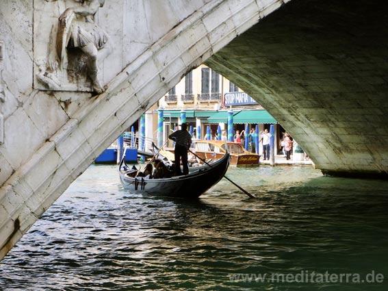 Rialto-Brücke mit Gondel - Blick durch den Brückenbogen mit Gondel