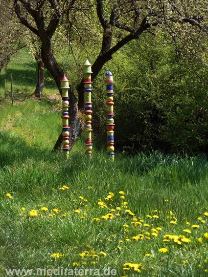 """Keramikstelen von Pia Ockenfels aus Leutesdorf: """"Vogelstuben am Rheinsteig"""" am Kunstweg oberhalb von Leutesdorf"""