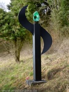 Figur aus Stahl, schwarz, Glaskopf grün am Rheinsteig bei Leutesdorf