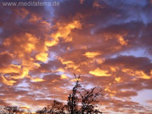 Feurige Wolken am Abendhimmel