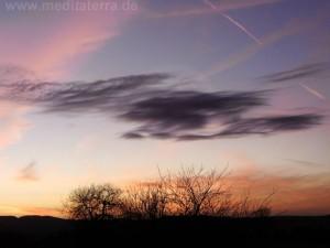 schwarze und rosa Schleierwolken