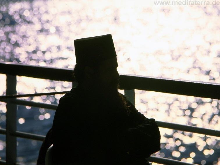 Mönch auf einem Fährschiff, Griechenland