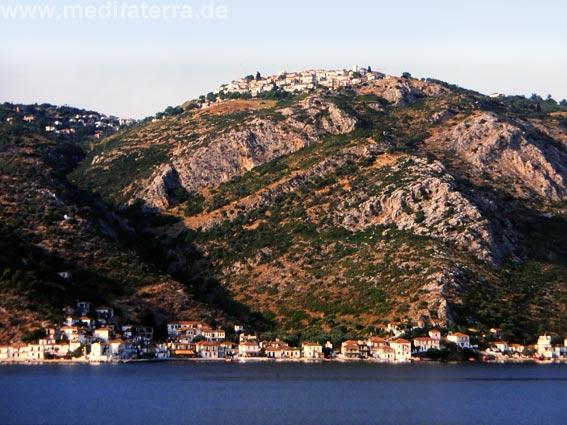 Griechenland: Blick zur südlichen Spitze der Magnesischen Halbinsel mit dem Dorf Trikeri auf dem Berg