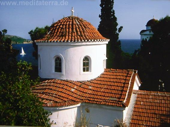 Kirche Agios Nikolaos im Inselstädtchen Skiathos - mit Zypressen