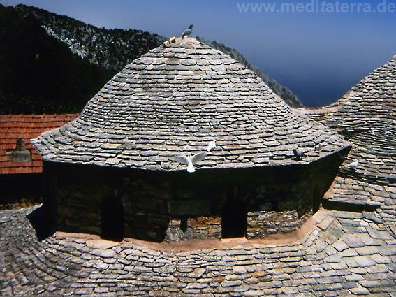 Nördliche Sporadeninseln - Kloster Evangelista auf der Insel Skiathos in Griechenland - Schieferkuppel mit Tauben