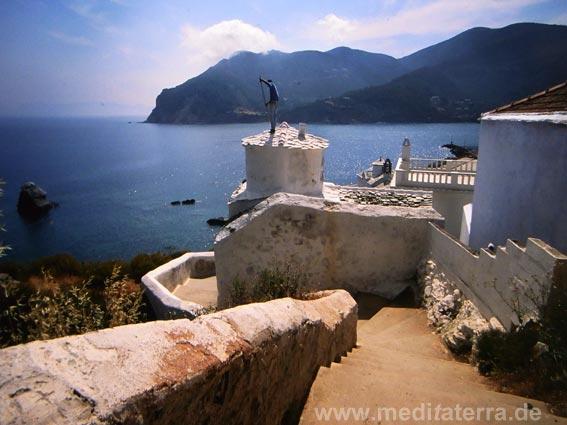 Insel Skopelos: weiße Kirche am Hafen im Hauptort der Insel