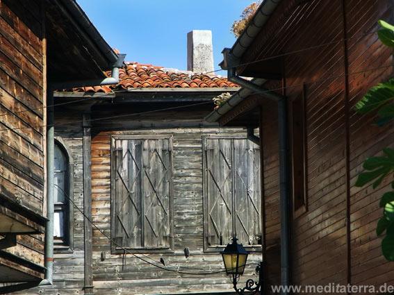Holzhaus mit zugeklappten Fensterläden im bulgarischen Nessebar
