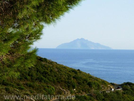 Blick von der Südküste der Insel Elba zum Inselchen Monte Christo - durch das Zoomobjektiv betrachtet