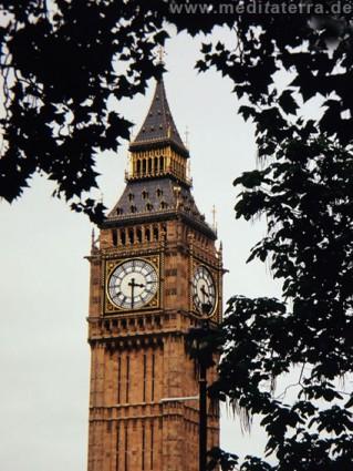 Turmspitze des Big Ben in London mit Uhr bzw. Ziffernblatt