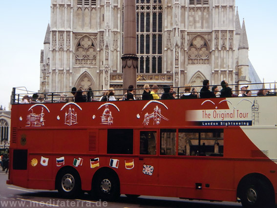 Westminster cathedral London mit rotem Reisebus