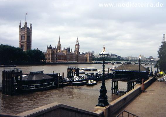 London an der Themse: Blick zum Big Ben am Westminster Palace
