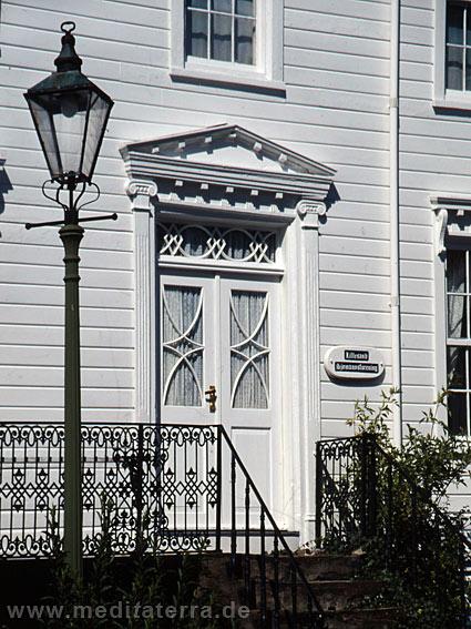 Weißes Holzhaus mit schöner Tür an der Südküste Norwegens