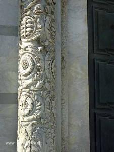 Schmuckdetail am Eingang zum Baptisterium in Pisa