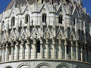 Taufkirche auf dem Domplatz in Pisa mit baukünstlerischen Schmuckdetails
