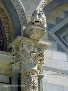 Löwenskulptur am Dom in Pisa mit Säulenkapitell