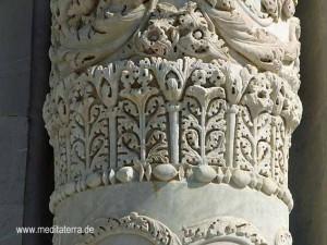 Detail einer Säule auf dem Domplatz in Pisa