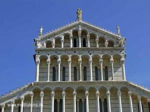 Obererer Teil des Pisaner Doms - Westfassade mit Säulen