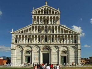 Der Dom von Pisa im strahlenden Blau - Westfassade des Doms
