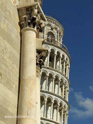 Detail des Doms in Pisa mit dem Schiefen Turm im Hintergrund