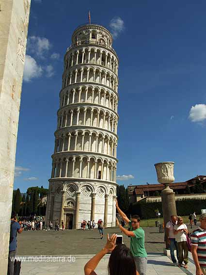 Schiefer Turm von Pisa mit sich fotografierenden Touristen.