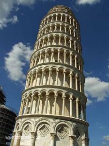Schiefer Turm zu Pisa mit unterer Etage und sechs Etagen mit Säulen