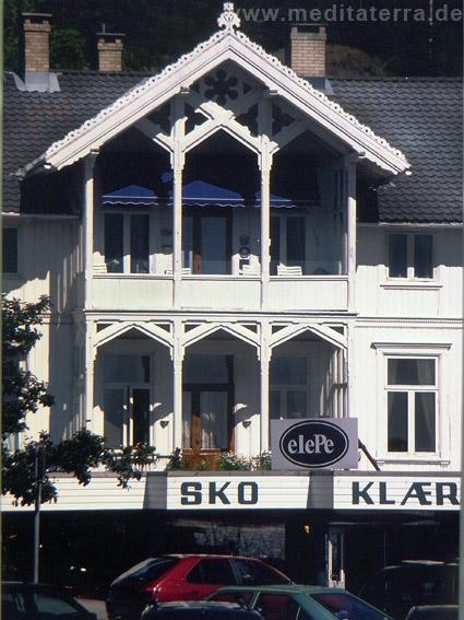 Verzierte Loggia an einem Holzhaus in Norwegen