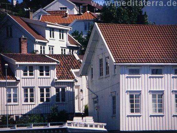 Weißes Städtchen an der Südküste Norwegens