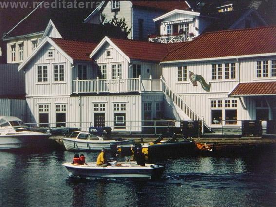 Kragero an der norwegischen Südküse - weiße Häuser mit Booten