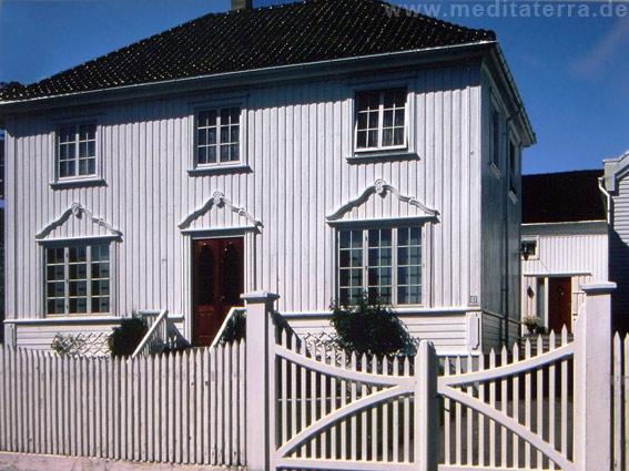 Weiße Kapitänsvilla an Norwegens Südküste