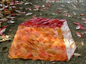 herbliche Blätter zu einer dreidimensionalen Kubusform gelegt