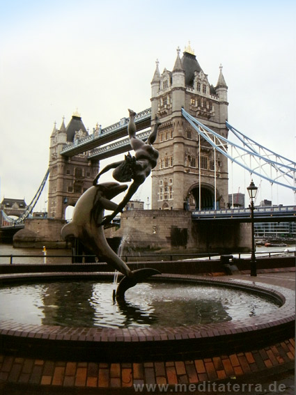 Tower Bridge Brücke mit Springbrunnen - London