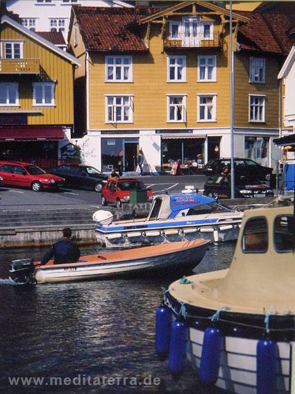 Holzhäuser in einer Stadt an der norwegischen Südküste