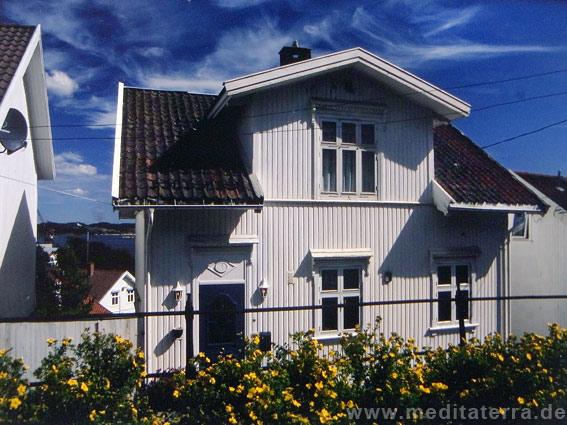 Weißes Holzhaus an der Südküste Norwegens
