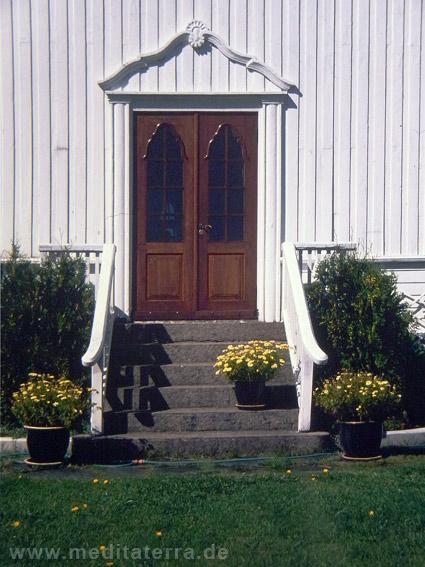 Norwegisches Holzhaus - verzierte Eingangstür