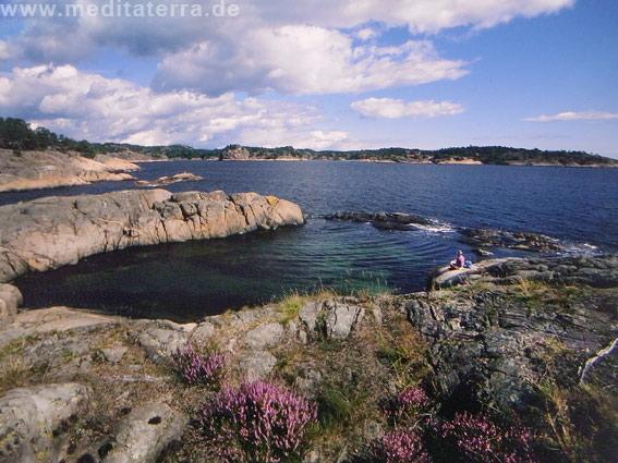 Felsenlandschaft am Skagerrak in Norwegen mit blauem Meer und blauem Himmel