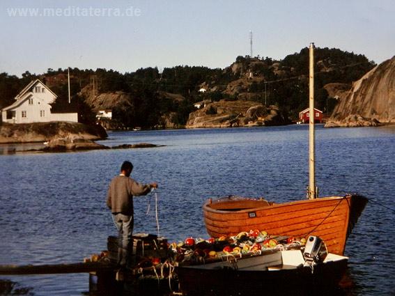 Fischerboot und Fischer: Fischeridylle an Norwegens Südküste