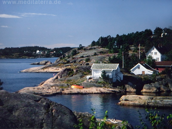 Weiße Holzhäuser an den Klippen am norwegischen Skagerrak