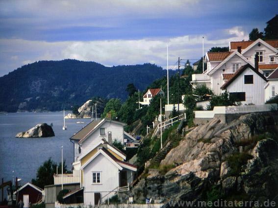 Weiße Holzhäuser am Skaggerak