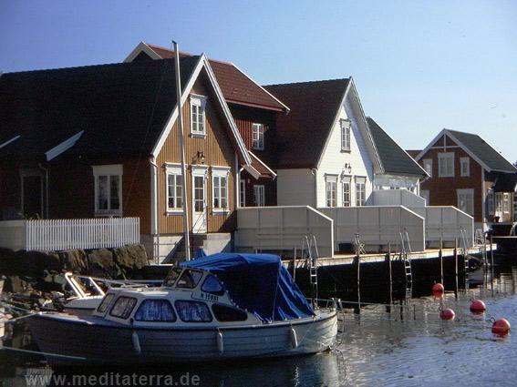 Fischerhäuser in einer neuerbauten Holzhaussiedlung in Norwegen