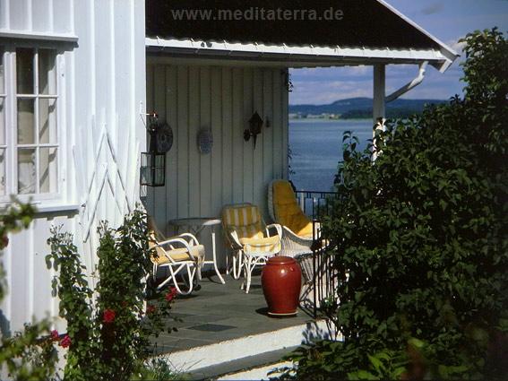 Südküste Norwegen: Terrasse an weißer Villa mit Blick aufs Merr