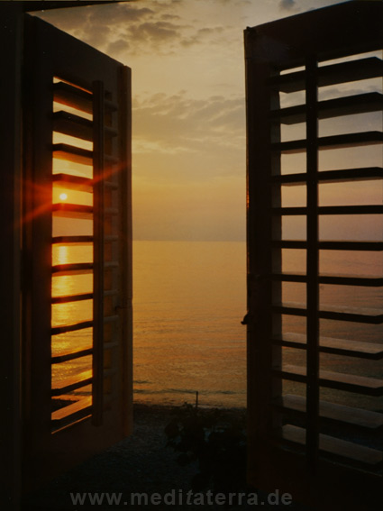 Fenster mit Ausblick auf einen Sonnenuntergang an der Adria auf Istrien in Kroatien
