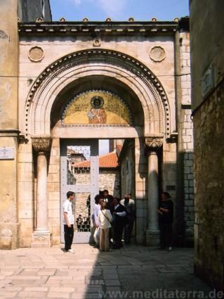 Eingangspforte in den Gassen von Porec auf der Halbinsel Istrien