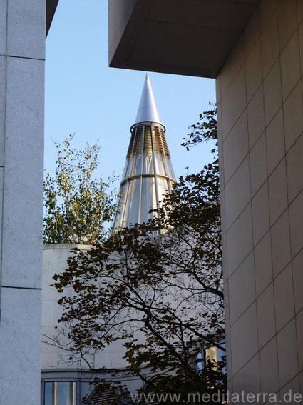 Eingangsbereich der Bundeskunsthalle Bonn mit Blick zum spitzen Glastürmchen